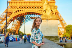 年轻美丽和典雅的巴黎人妇女 免版税图库摄影