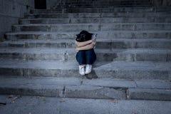 美丽和哀伤的西班牙在都市城市街道楼梯的妇女绝望和沮丧的开会 免版税图库摄影