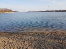 美丽和小海滩在城市 免版税库存照片