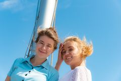 美丽和快乐的女孩,微笑的朋友,游艇的甲板的 库存图片