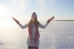 美丽和性感的妇女在户外多雪的冬天 免版税库存图片