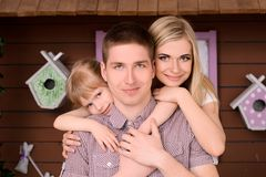 美丽和愉快的微笑的家庭 免版税库存照片