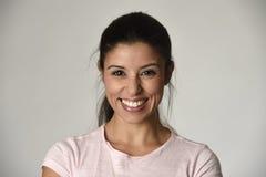 年轻美丽和愉快的拉丁妇女画象有快乐大暴牙的微笑的激动和 免版税库存图片