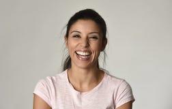 年轻美丽和愉快的拉丁妇女画象有快乐大暴牙的微笑的激动和 免版税图库摄影