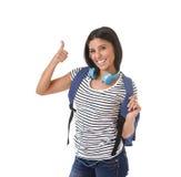 年轻美丽和时髦拉丁学生女孩运载的背包微笑愉快和确信 库存图片