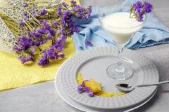 美丽和有机奶昔 一杯鸡尾酒和果子在桌背景 装饰花和织品 图库摄影