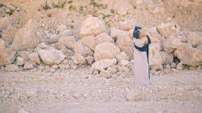 美丽和梦想的少妇跳舞反对山和石头背景  股票录像