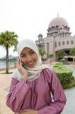 美丽和甜亚裔马来的回教夫人 免版税库存照片