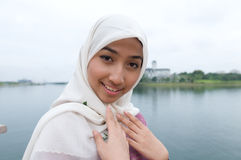 美丽和甜亚裔马来的回教夫人 免版税库存图片
