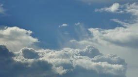 美丽和蓬松云彩起泡与在天空的泡沫 美丽的景色 股票视频