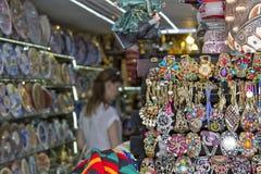美丽和付得起的纪念品的巨大的选择游人的街道架子的购物 免版税图库摄影