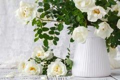 美丽在木的花瓶上升了 免版税图库摄影