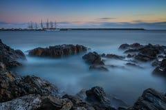 美丽在海运射击夏天日落 在海湾的风船 库存图片