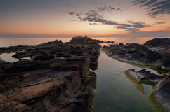 美丽在海运日出 在岸附近的壮观的cloudscape 图库摄影