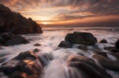 美丽在海运日出 多云剧烈的天空,大波浪 在岸附近的壮观的cloudscape 免版税图库摄影