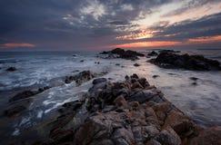 美丽在海运日出 多云剧烈的天空,大波浪 在岸附近的壮观的cloudscape 免版税库存图片