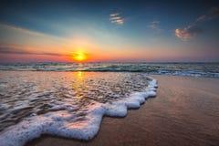 美丽在海运日出 碰撞在岸上的海浪 免版税库存图片