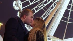 美丽在爱夫妇亲吻在弗累斯大转轮背景 股票视频