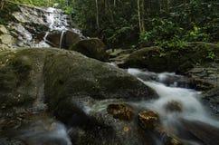 美丽在自然位于马来西亚的Kanching瀑布,令人惊讶的落下的热带瀑布 库存图片