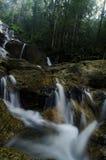 美丽在自然位于马来西亚的Kanching瀑布,令人惊讶的落下的热带瀑布 免版税库存图片