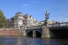 美丽在阿姆斯特丹的历史的部分的蓝色桥梁 免版税库存图片
