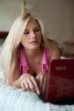 美丽她的房子膝上型计算机妇女年轻&# 库存照片