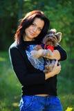美丽她的狗妇女约克夏年轻人 免版税库存照片