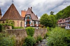 美丽如画和传统五颜六色的房子在阿尔萨斯酒路线的,阿尔萨斯,法国凯塞尔斯贝尔村庄 免版税库存照片