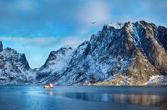 美丽如画的山美好的冬天风景与渔船的在Lofoten海岛 免版税库存照片