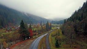 美丽如画的山谷鸟瞰图有村庄、铁路、路和河的 乌克兰 股票视频
