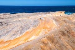 美丽如画的岩石表面和海视图 库存图片
