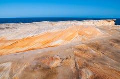 美丽如画的岩石表面和海视图 免版税库存图片
