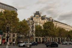 美丽如画的巴黎大厦在大道des冠军à ‰ lysées的巴黎在10月下旬 免版税库存照片