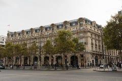 美丽如画的巴黎大厦在大道des冠军à ‰ lysées的巴黎在10月下旬 库存照片