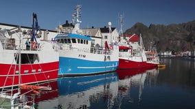 美丽如画的捕鱼港口在Lofoten海岛,挪威上的Henningsvaer 影视素材