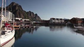 美丽如画的捕鱼港口在Lofoten海岛,挪威上的Henningsvaer 股票视频