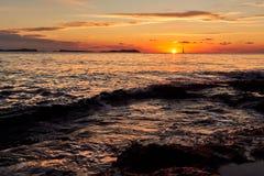 美丽如画的明亮的日落在伊维萨岛海岛 达成协议色greyed的区拜雷阿尔斯夹子包括海岛映射路径替补被遮蔽的状态周围的领土对植被 免版税库存照片