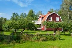 美丽如画的木房子 免版税库存照片
