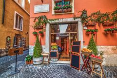 美丽如画的果子商店在罗马 免版税库存照片