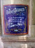 美丽如画的标志被去骨切片在老和著名Café马戈特Avenida Boedo探戈邻里布宜诺斯艾利斯阿根廷的门 免版税库存照片