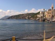 美丽如画的海滩和港口 免版税库存照片