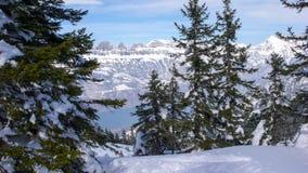 美丽如画的深刻的冬天山风景在瑞士的阿尔卑斯在弗卢姆斯附近的有绿松石的下面湖和森林的为 库存照片