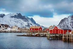 美丽如画的渔村美好的冬天风景有红色rorbu的在Lofoten海岛 免版税图库摄影