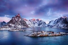 美丽如画的渔村美好的日出风景在Lofoten海岛,挪威 库存照片