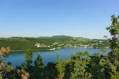 美丽如画的湖Abrau的顶视图反对高加索山脉的倾斜的 和平和沉寂 免版税库存照片