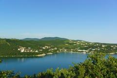 美丽如画的湖Abrau的顶视图反对高加索山脉的倾斜的 晴朗日的夏天 库存图片
