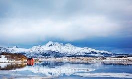 美丽如画的红色rorbu美好的冬天风景在Lofoten海岛 免版税库存图片