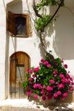 美丽如画的老门道入口在Kritsa村庄,克利特,希腊 免版税库存图片