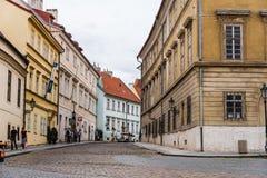 美丽如画的街道在布拉格城堡附近的Hradcany区 图库摄影