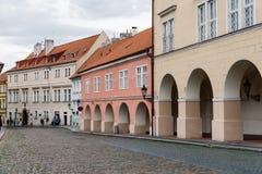 美丽如画的街道在布拉格城堡附近的Hradcany区 免版税库存图片